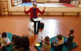 Wethouder Heleen Hooij leest voor op De Dag van de Duurzaamheid