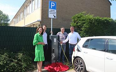 Openbare laadpaal officieel geopend in Hillegom